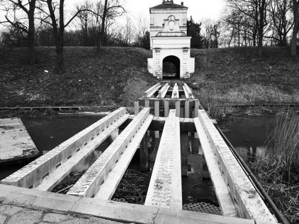 oczyszczenie starych podpór mostu