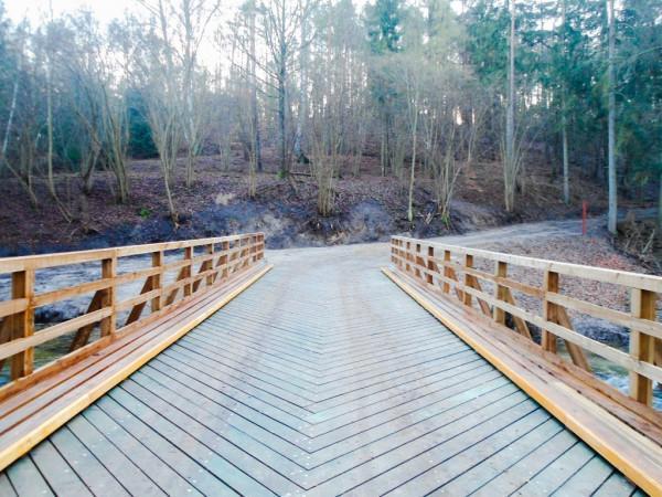 montaż konstrukcji drewnianej ustroju nośnego mostu