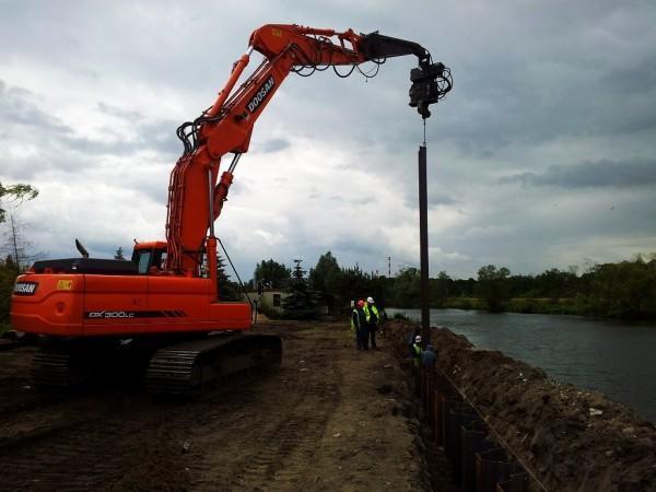 prace przy wale powodziowym w Gryfinie