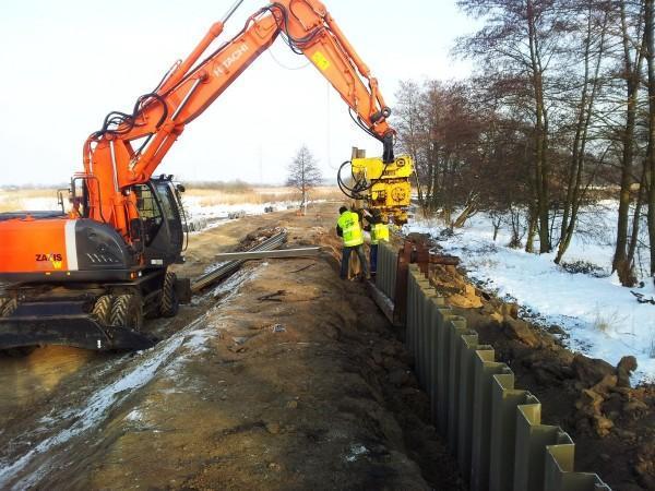 prace budowlane przy wale powodziowym