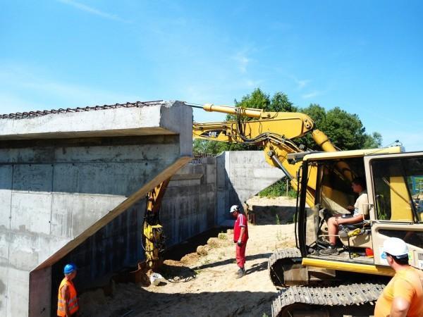 prace nad zabezpieczenie mostu