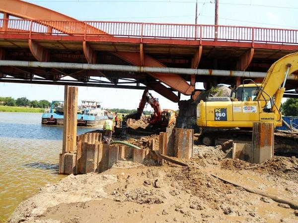 prace przy budowie mostu