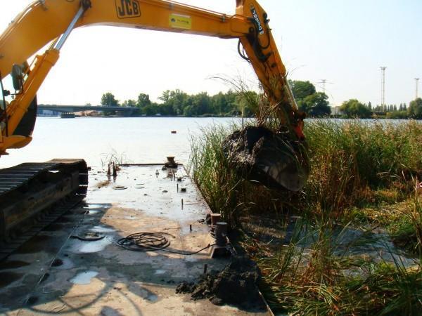 prace budowlane nad brzegiem rzeki