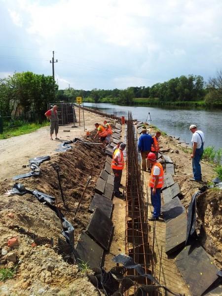 prace nad linią brzegową rzeki