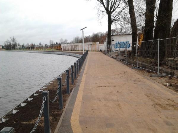 budowa drogi przy zbiorniku wodnym