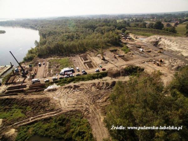 prace nad budową mostu